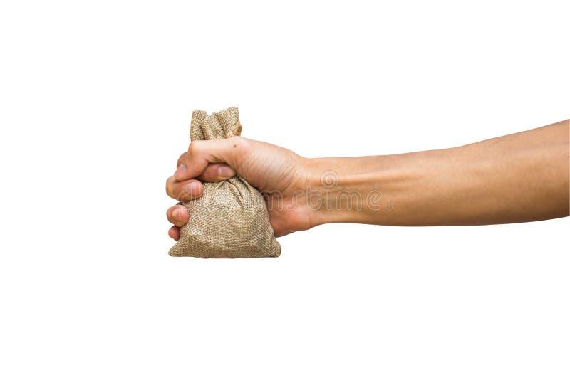 Bemannen Sie die Hand, die Moneybag, das braune Sackleinen hält, das auf Weiß lokalisiert wird lizenzfreie stockfotos