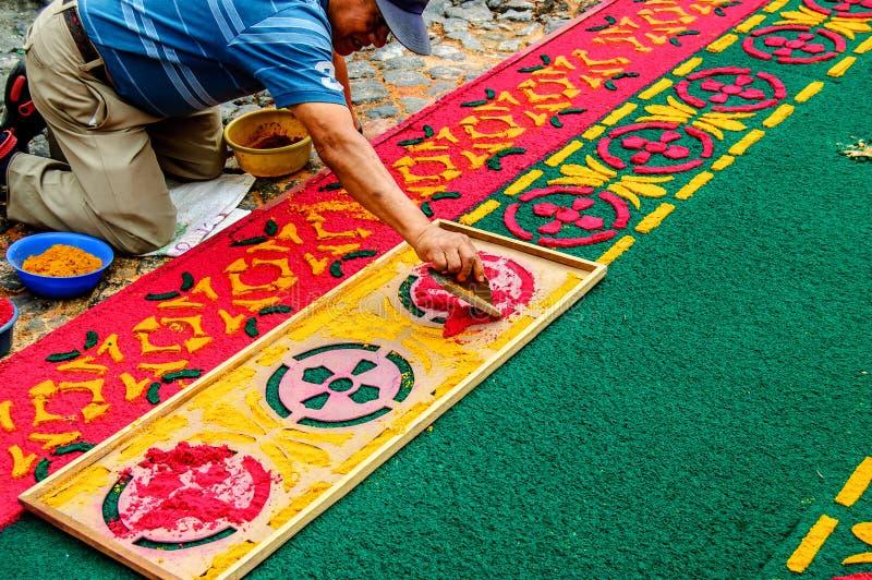 Bemannen Sie die Herstellung des geliehenen Prozessions- Teppichs, Antigua, Guatemala stockfoto