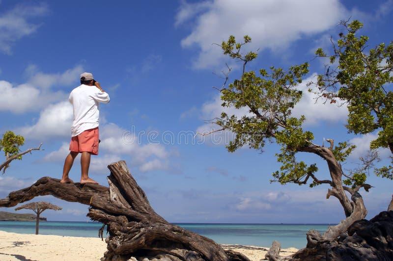 Bemannen Sie die Herstellung einer Fotographie am Strand in Kuba lizenzfreies stockbild
