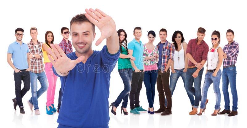 Bemannen Sie die Herstellung eines Handfeldes vor seinem Team lizenzfreies stockfoto