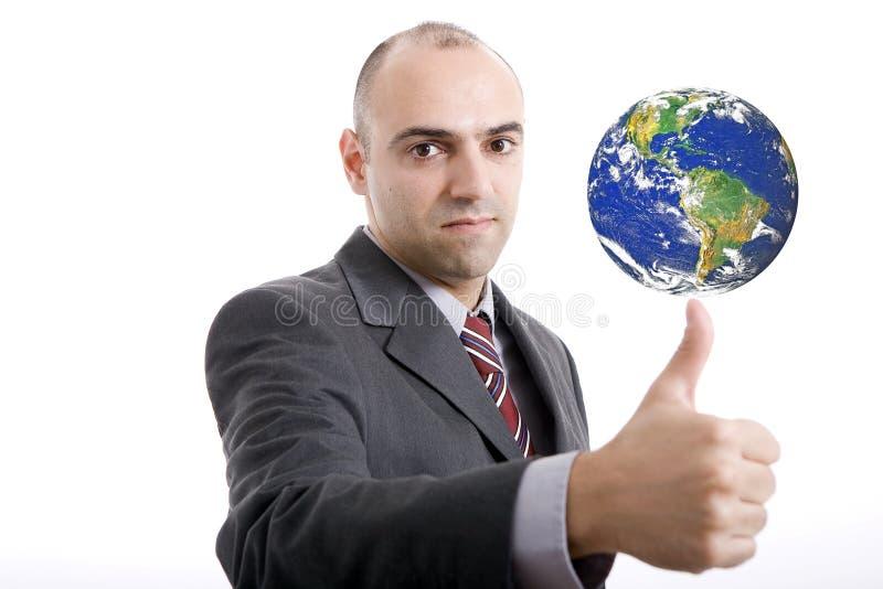 Bemannen Sie die Herstellung von Geste des O.K.s mit Erde auf die Oberseite stockbilder