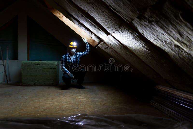 Bemannen Sie die Installierung der thermischen Dachdämmschicht - unter Verwendung des Minerals flehen Sie an lizenzfreie stockfotografie