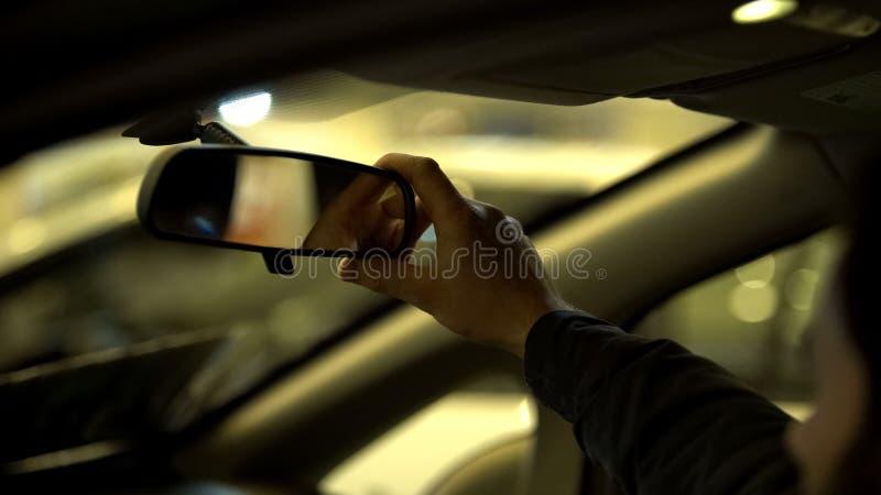 Bemannen Sie die Justage des Rückspiegels im Auto, Führerscheinprüfung, Sichtweite lizenzfreie stockfotografie