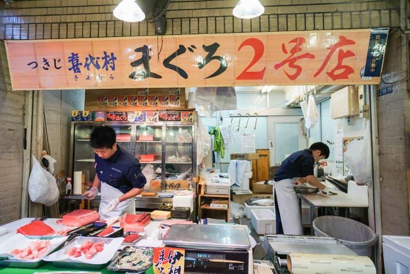 Bemannen Sie die Scheibenfrischen Lachsfische, die am Tsukiji-Fischmarkt in Tokyo genommen werden stockfotos