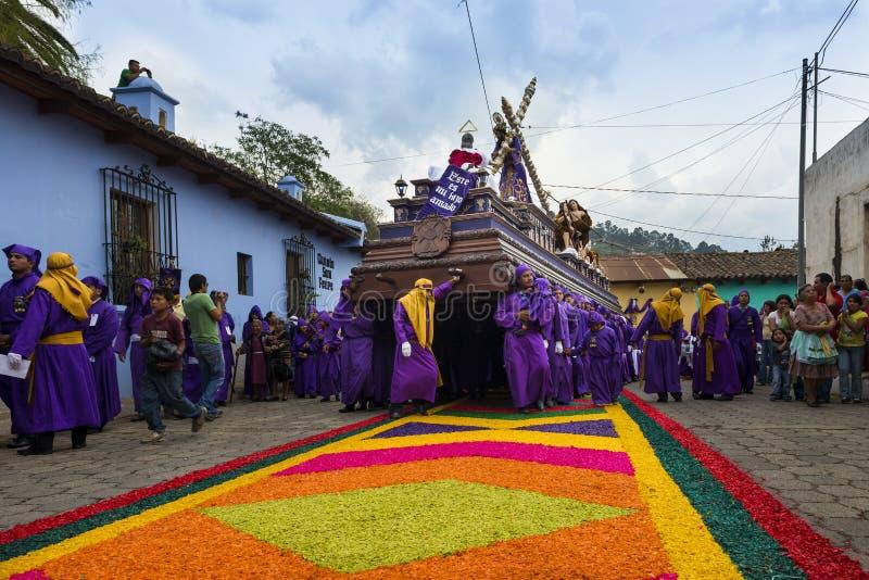 Bemannen Sie die tragenden purpurroten Roben und ein Floss anda während der Ostern-Feiern, in der Karwoche, in Antigua tragen, Gu stockbild