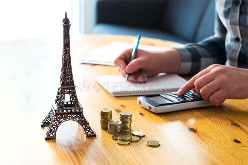 Bemannen Sie die Zählung des Reisebudgets, der Ferienausgaben oder der Versicherungskosten stockbilder