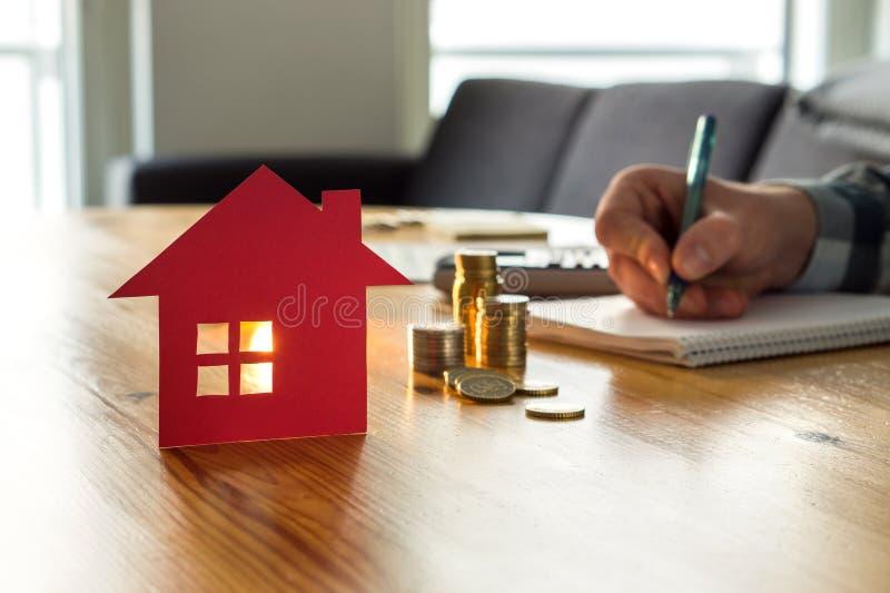 Bemannen Sie die Zählung des Wohnungspreises, Hausversicherungskosten, Vermögenswert lizenzfreie stockfotografie