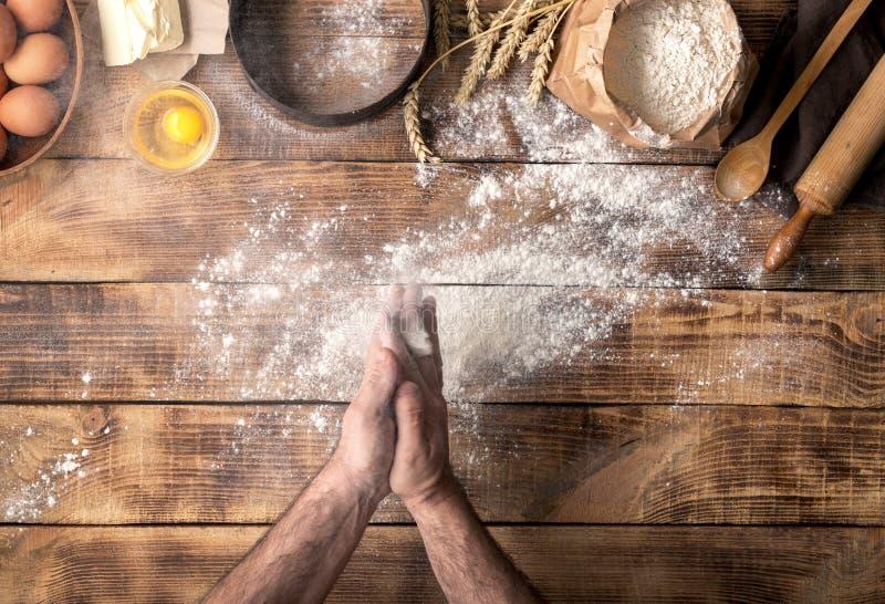 Bemannen Sie die Zubereitung des Brotteigs auf Holztisch in der Bäckerei stockfoto