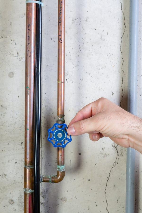 Bemannen Sie Ein Ventil Auf Einer Wasserleitung Leicht Drehen ...