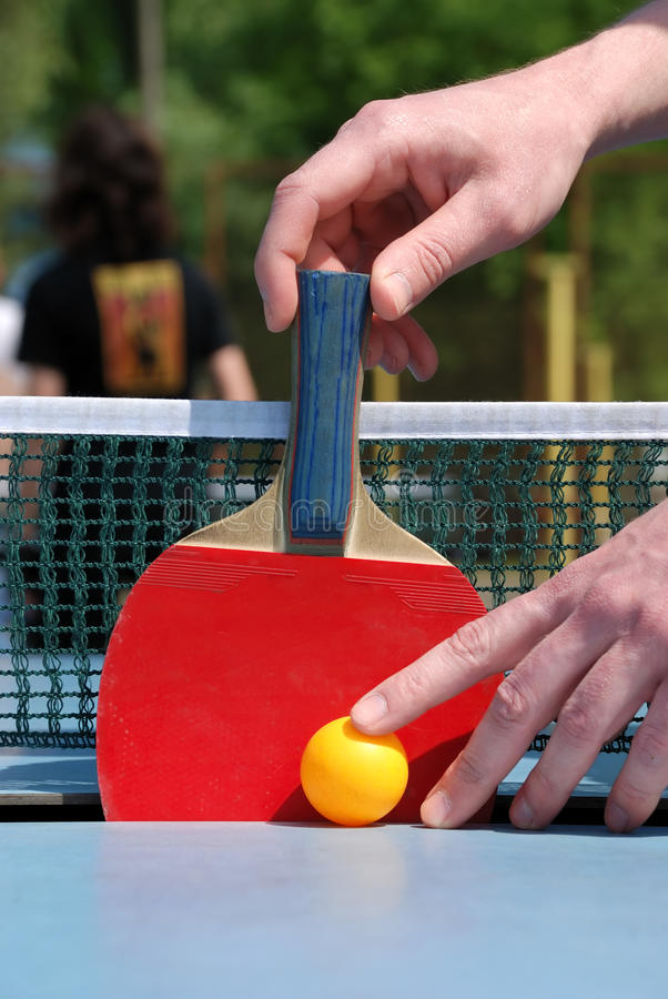 Bemannen Sie Einfluss der Tennisschläger auf Pingpongtabelle stockfotografie