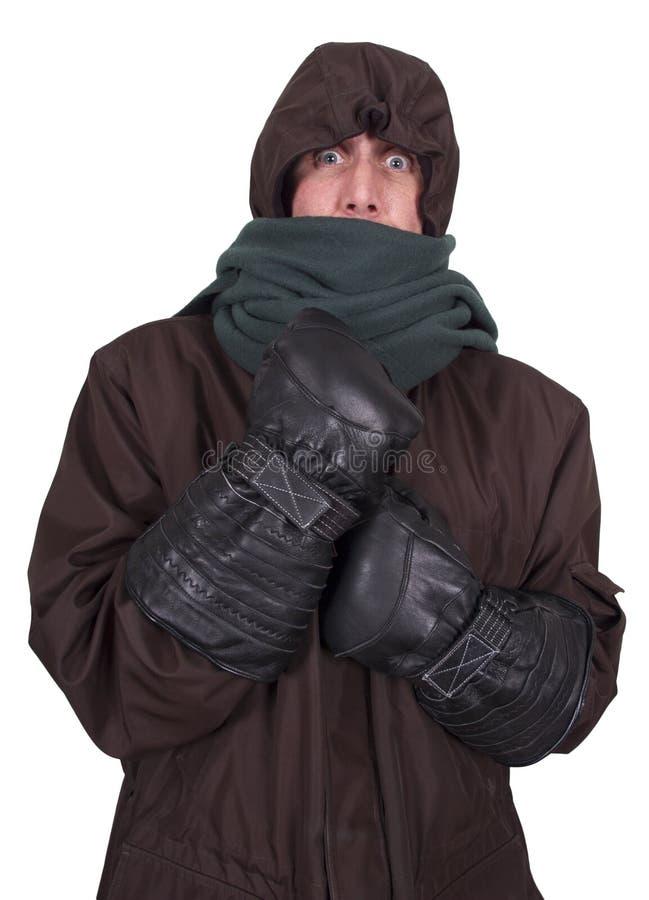 Bemannen Sie einfrierende Kälte, den Winter, oben zusammengerollt im Mantel lizenzfreie stockfotos