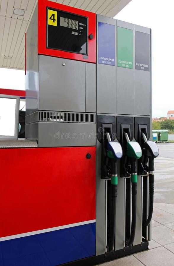 Bemannen Sie füllenden Benzinkraftstoff in der Autoholdingdüse lizenzfreie stockbilder