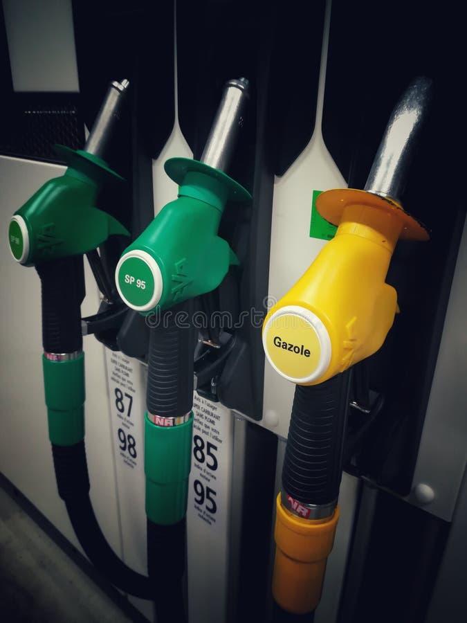 Bemannen Sie füllenden Benzinkraftstoff in der Autoholdingdüse lizenzfreie stockfotografie