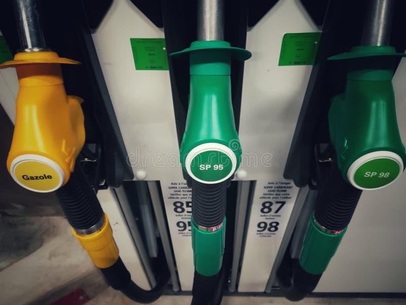 Bemannen Sie füllenden Benzinkraftstoff in der Autoholdingdüse stockfotografie
