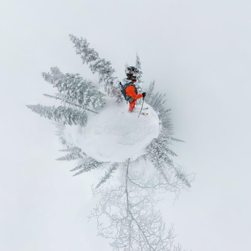 Bemannen Sie freerider Stellung des Skifahrers an der Spitze der Kante, Abenteuerwinter freeride Extremsport lizenzfreie stockbilder
