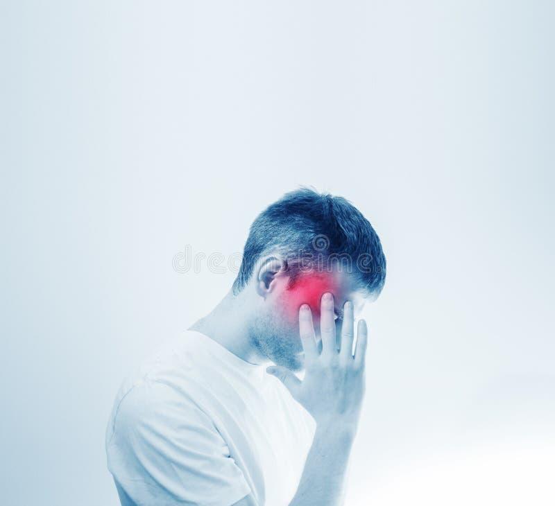 Bemannen Sie Griff, den seins hatte und leiden unter Kopfschmerzen, Schmerz, Migräne, trauriges deprimiertes lokalisiert auf weiß lizenzfreie stockfotografie