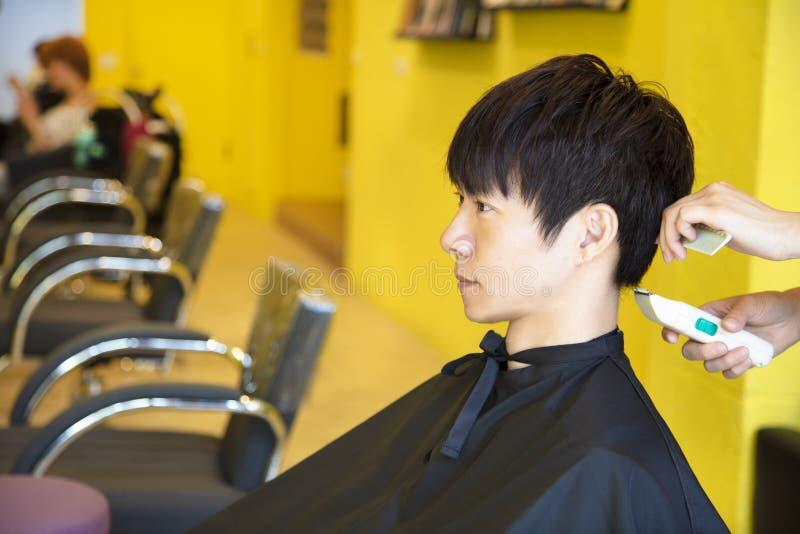 Bemannen Sie Haben des Haarschnitts mit Haarscherern lizenzfreies stockfoto