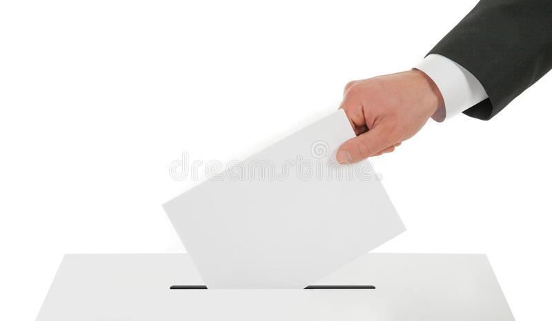Bemannen Sie Hand hinunter den Stimmzettel in der Wahlurne stockfotografie