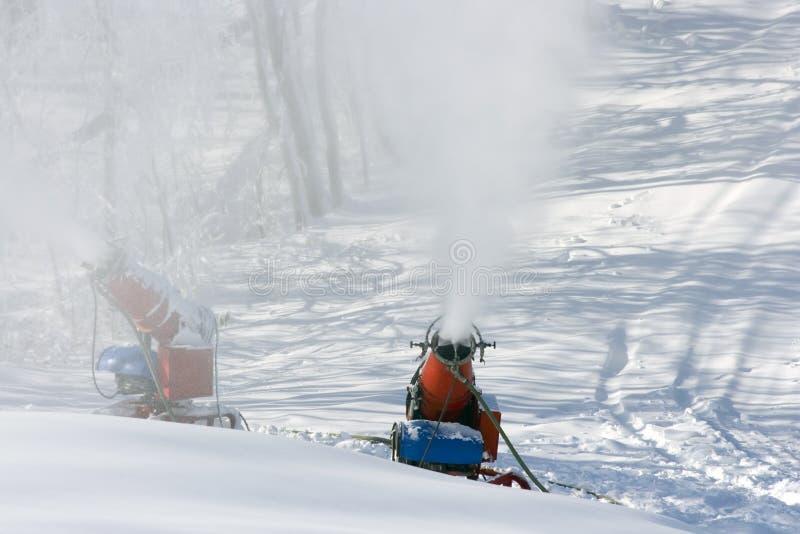 Bemannen Sie hergestellte Schnee-Maschinen lizenzfreie stockfotografie