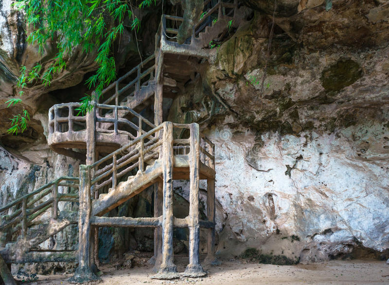 Bemannen Sie hergestellte Treppe bis zur Höhle auf felsiger Klippe lizenzfreies stockfoto