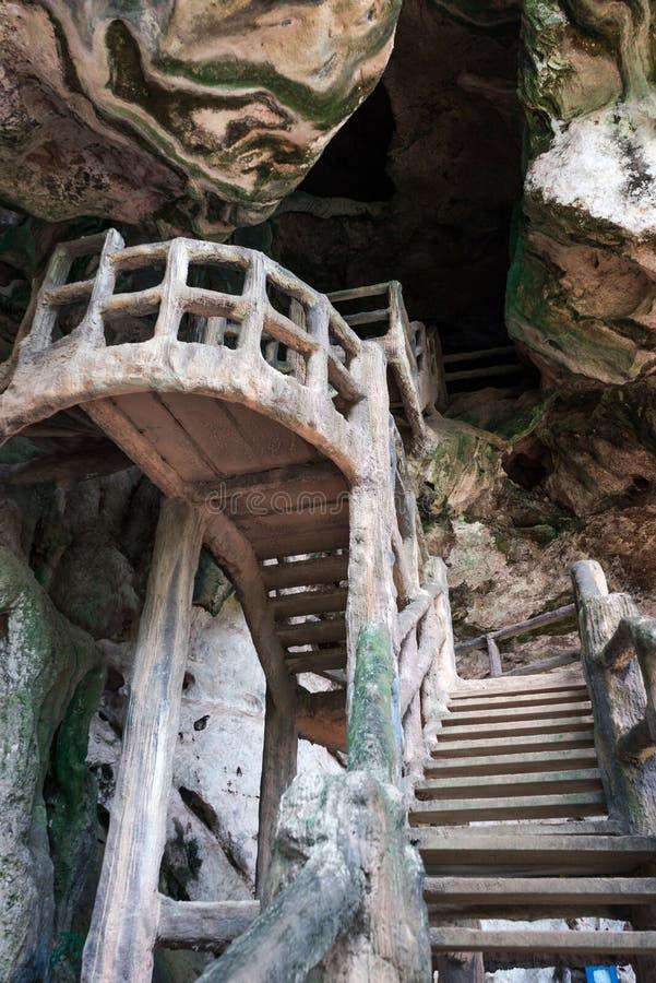 Bemannen Sie hergestellte Treppe in dunkle Höhle stockfotos