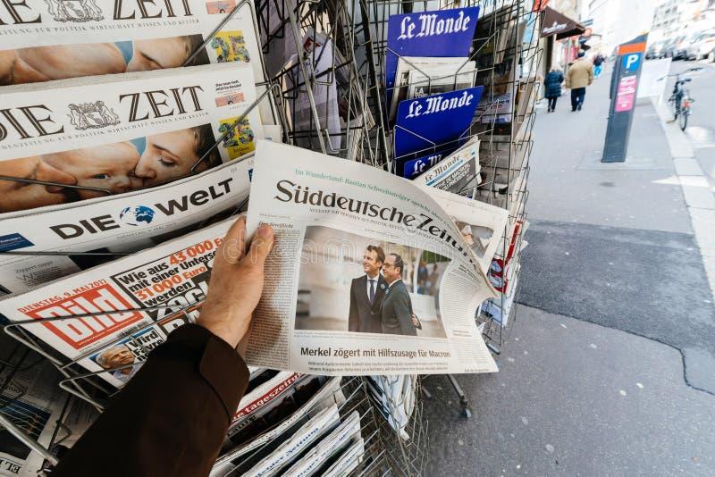 Bemannen Sie kaufendes Suddeutsche Zeitung mit den eben gewählten Franzosen vor stockbild