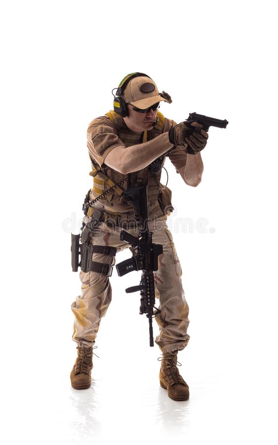 Bemannen Sie Militärausstattung ein Soldat in die modernen Zeiten auf einem weißen Hintergrund stockfotografie