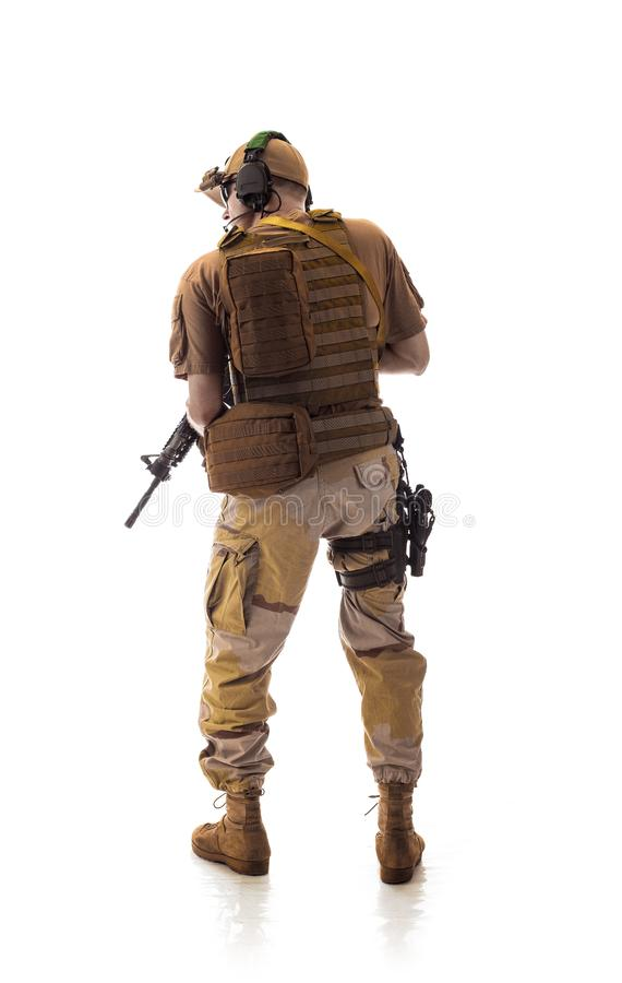 Bemannen Sie Militärausstattung ein Soldat in die modernen Zeiten auf einem weißen Hintergrund lizenzfreie stockbilder