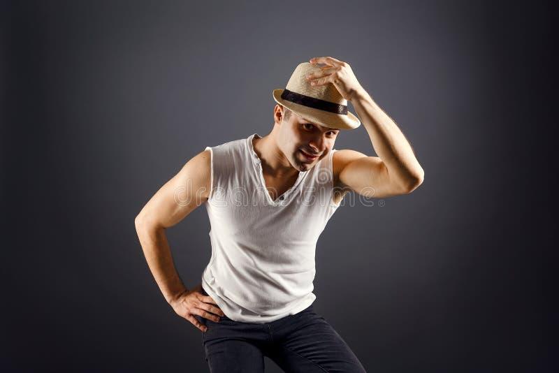 Bemannen Sie Mode-Modell, stilvolle junger Mann tragende Fedorahutstellung lizenzfreies stockfoto