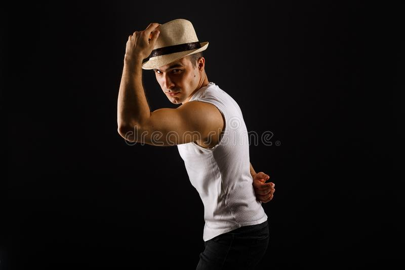 Bemannen Sie Mode-Modell, stilvollen junger Mann tragenden Fedorahut stockbilder