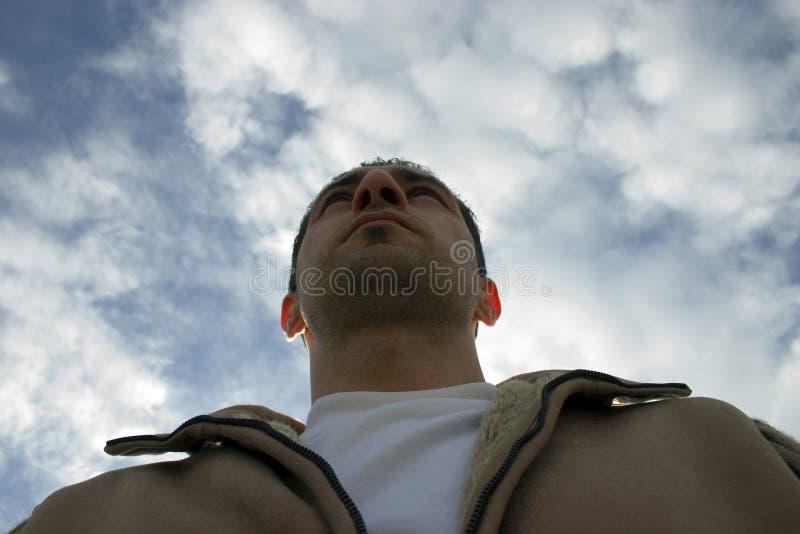 Download Bemannen Sie Oben Schauen Mit Den Wolken Auf Dem Hintergrund Stockbild - Bild von auge, beteiligt: 836549