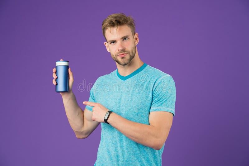 Bemannen Sie Punktfinger am Gelrohr auf violettem Hintergrund Bärtige Manngriff-Shampooflasche auf purpurrotem Hintergrund Skinca lizenzfreie stockfotos