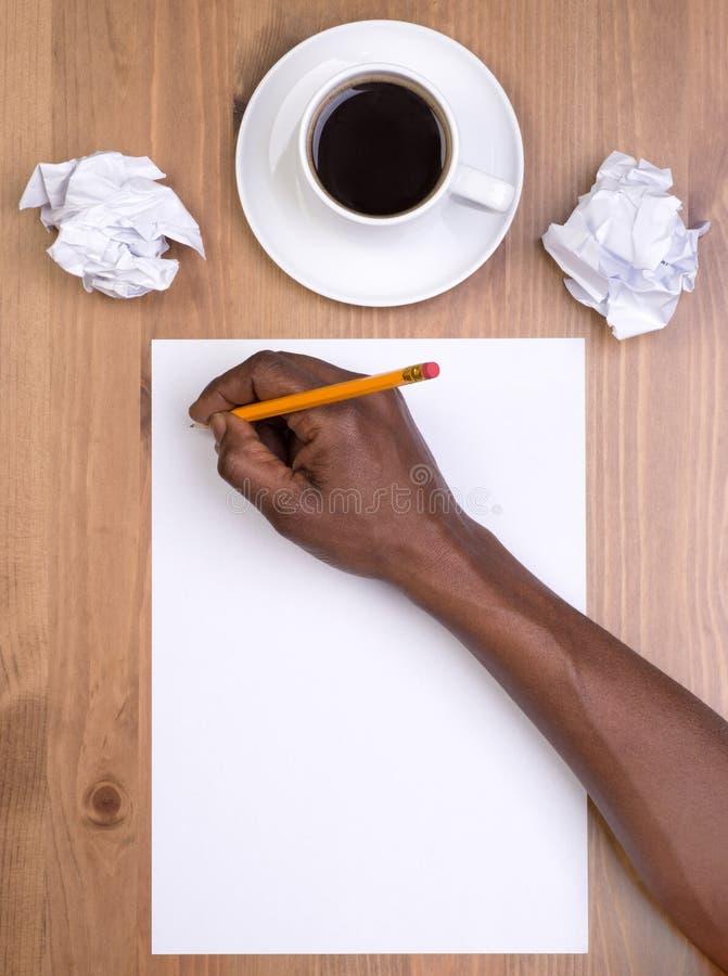 Bemannen Sie Schreiben auf einem leeren Blatt Papier lizenzfreie stockbilder
