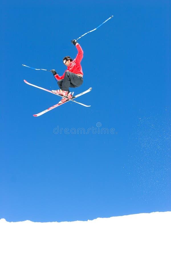 Bemannen Sie Skifahren auf Steigungen des Pradollano Skiorts in Spanien lizenzfreie stockfotografie