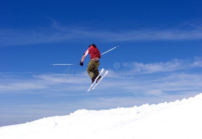 Bemannen Sie Skifahren auf Steigungen des Pradollano Skiorts in Spanien lizenzfreie stockbilder
