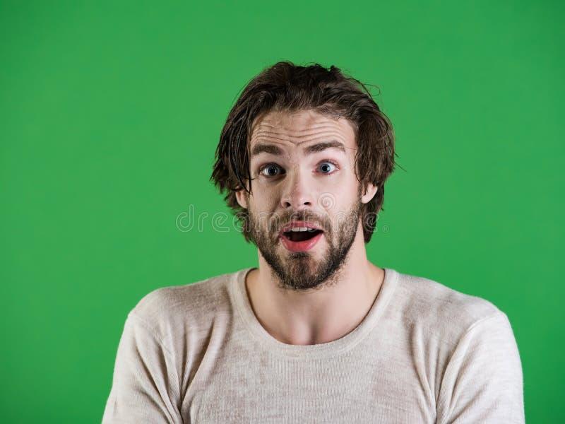Bemannen Sie Spritzenwasser am Gesicht auf gr?nem Hintergrund lizenzfreies stockfoto