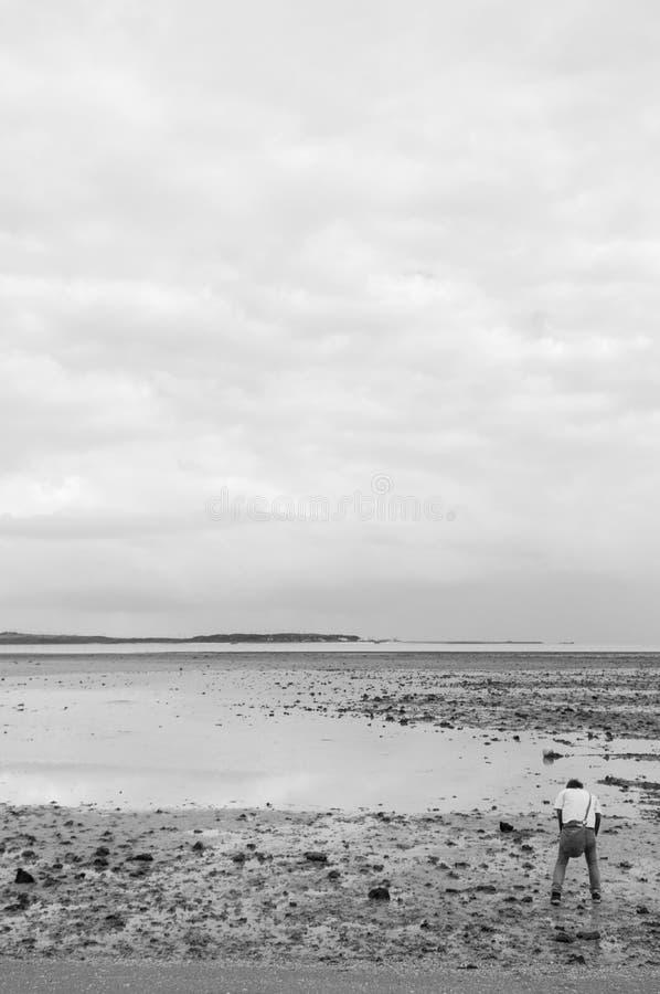 Bemannen Sie Stellung auf sandigem Strand von Iriomote-Insel, Okinawa lizenzfreie stockbilder