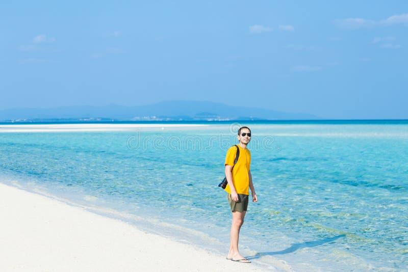 Bemannen Sie Stellung auf tropischem Paradiesstrand, Okinawa, Japan lizenzfreie stockfotografie