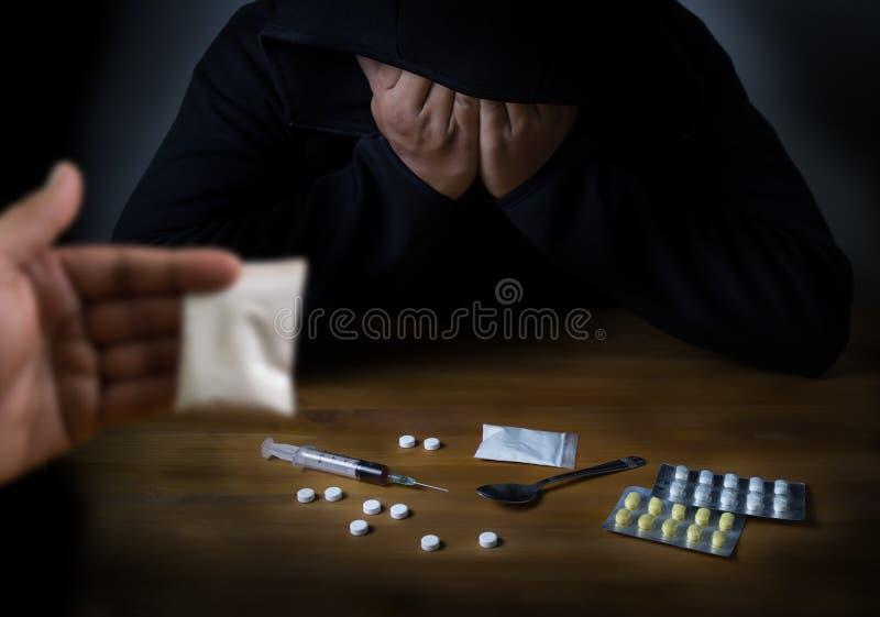 bemannen Sie Substanzabhängigkeits-Medikation Drogenspritze und gekochten Helden stockbild