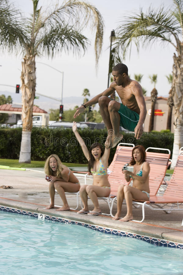 Bemannen Sie Tauchen in das Pool lizenzfreies stockfoto