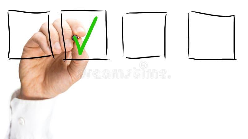 Bemannen Sie ticken ein Auswahlkästchen auf einer virtuellen Schnittstelle stockbild