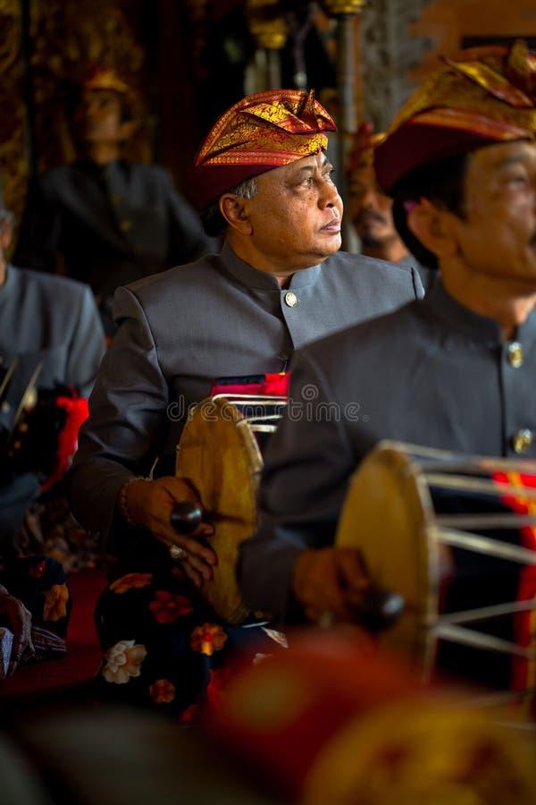 Bemannen Sie traditionellen gamelan Stoß der Spiele während der Zeremonie der Verbrennung der Königin lizenzfreie stockfotografie