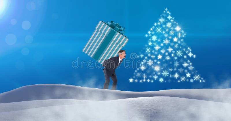 Bemannen Sie tragende Geschenkbox und Schneeflocken-Weihnachtsbaum-Musterform in der Schneelandschaft stockbild