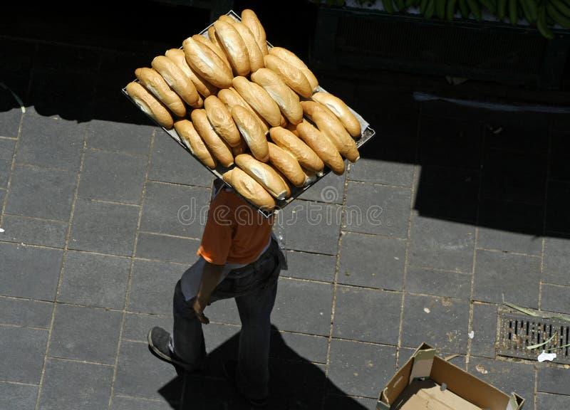 Bemannen Sie tragende Laibe des Brotes lizenzfreie stockfotografie