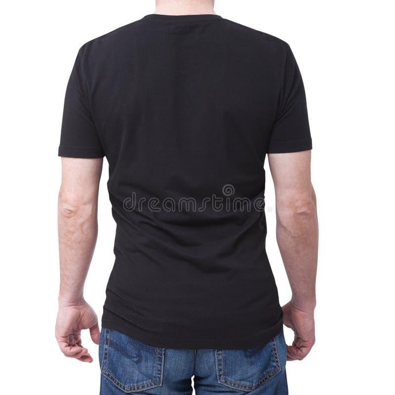 Bemannen Sie tragendes leeres bllack T-Shirt, das auf weißem Hintergrund mit Kopienraum lokalisiert wird T-Shirt Design und Leute stockfotografie