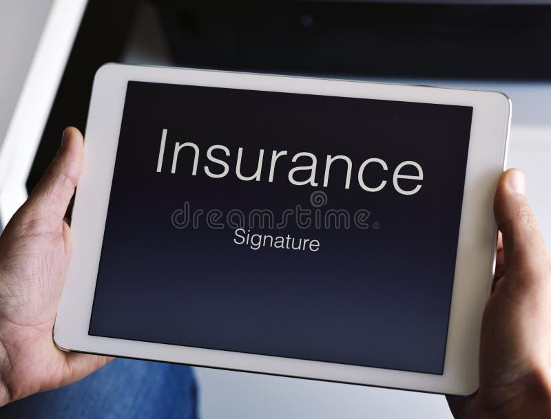 Bemannen Sie ungefähr, um eine Versicherungspolice zu unterzeichnen lizenzfreie stockfotos