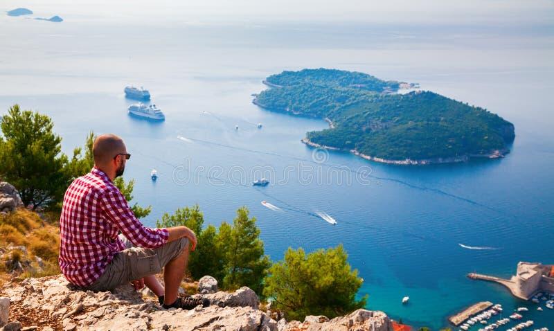 Bemannen Sie unten schauen zur Insel Lokrum nahe Dubrovnik stockbild