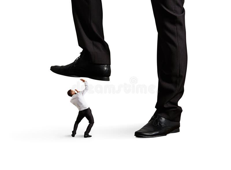 Bemannen Sie unter Bein seinen Chef stockbilder