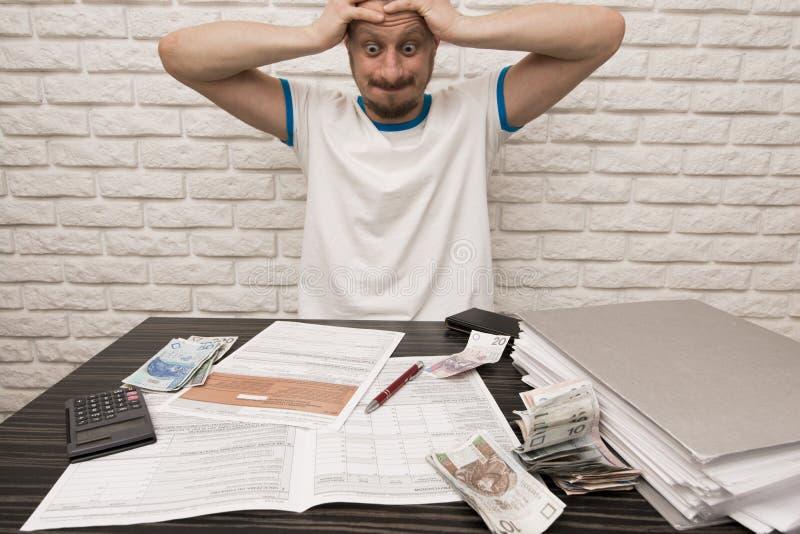 Bemannen Sie während der füllenden Steuerformulare lizenzfreie stockfotos