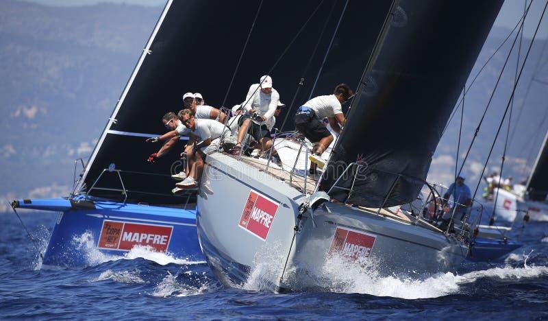 Bemanning aan het werk tijdens het varen regatta